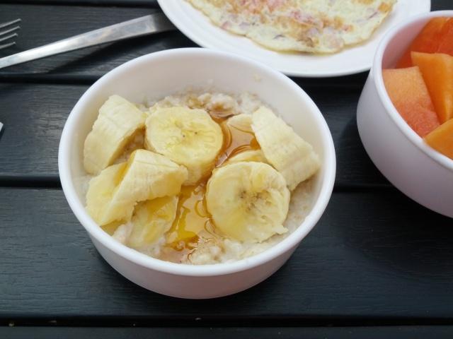 Porridge mit Milch, Banane und Honig