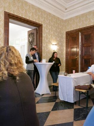 Die beiden Organisatorinnen Dani und Nina mit Richard Haderer