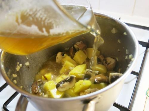Erdäpfel-Champignon-Suppe mit frischen Chips