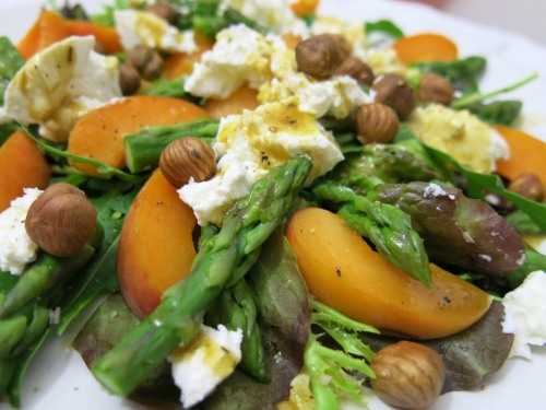 marillen-ziegenkaese-salat mit gruenen spargelspitzen