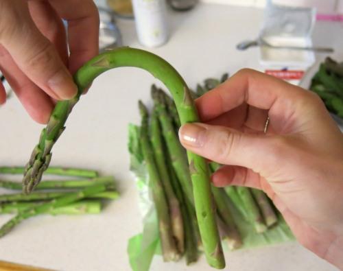 Marillen-Ziegenkäse-Salat mit grünen Spargelspitzen