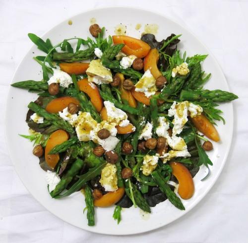 spargel-marillen-salat mit ziegenkaese
