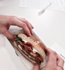 Verkostet wird jeweils ein halber Burger (sonst schafft man das wohl nicht)