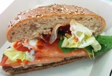 Burger 1: Erebos (Vollkornbrot, Karotte, Kebab- und Salsa-Sauce, Rindfleisch, Bacon, Käse...) 3x abgebissen