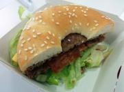 Burger 2: McMeat (Bagel, Speck, Rindfleisch, Sweet Chilli Sauce...) 2x abgebissen