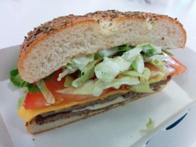 Burger 5: Big Boss Halid (Mozarella, Kebab-Sauce, Kräuterbrot...) 3x abgebissen