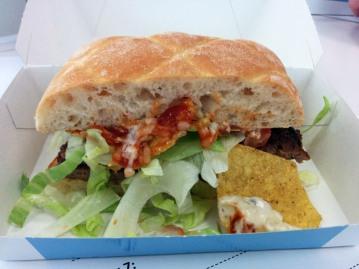 Burger 7: Tortilla Special (Rindfleisch, Tortilla, Chiabatta-Brot, Sauerrahm, Salsa...) 3x abgebissen