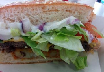 Burger 9: The Boss (Rösto, Tsatsiki, extra groß, Zwiebel...) 1x abgebissen