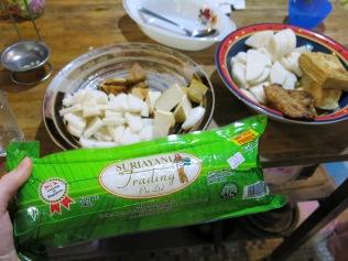 Beilagen der malayischen Küche: Lontong (gepresster Reis), gebratener Tofu, und Penpei (Sojabohnen)